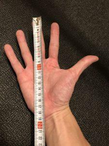 手の大きさを示す
