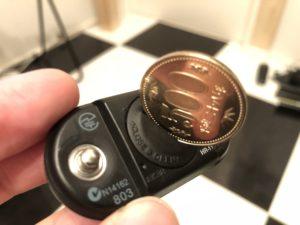 500円玉で心拍センサーのふたを開ける